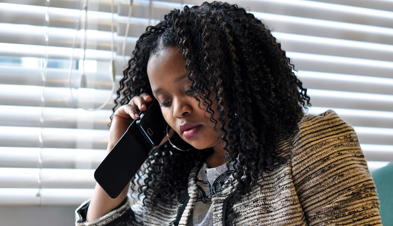A Glo subscriber calling her friend who is an Airtel subscriber