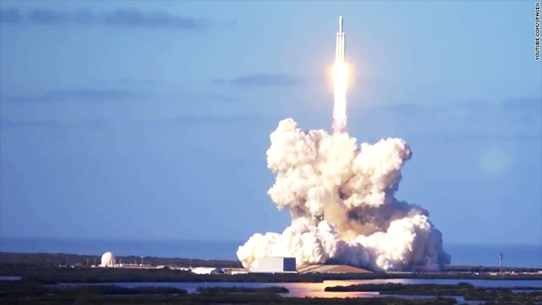 180206182623-falcon-heavy-launch-2-780x439